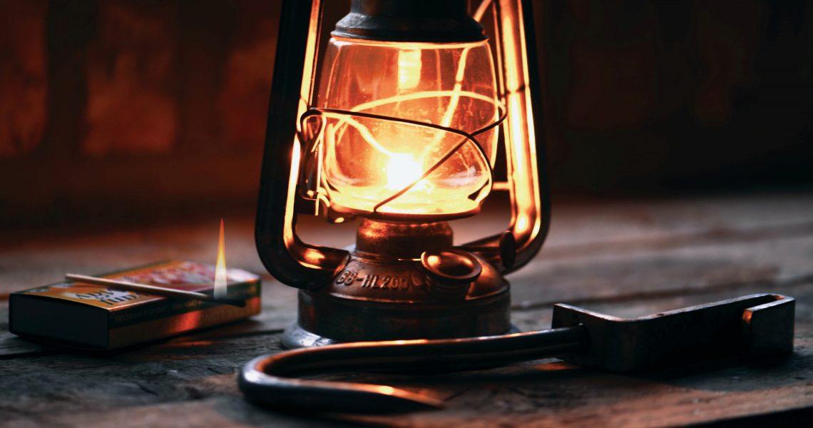 Utiliser une lampe à l'huile ancienne pour illuminer sa décoration